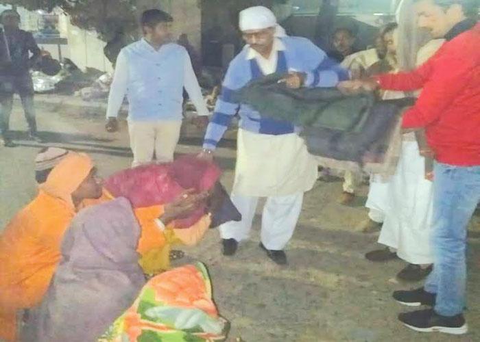 गरीबों के लिए वस्त्र वितरण कार्यक्रम का आयोजन