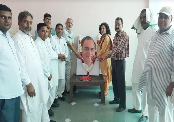 कांग्रेसी कार्यकर्ताओ ने राजीव गांधी की पुण्यतिथि पर किया नमन