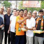 भाजपा नेता ने लोगों का मुंह मीठा कराकर मनाया भाजपा की जीत का जश्र