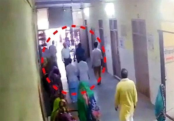 जब डॉक्टर को महिला ने चप्पल से पीटा तो अस्पताल ICU में लगी अदालत