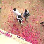 एनकाउंटर के बाद जुटी भीड़, बरसाए फूल- पुलिसवालों को कंधे पर उठाया