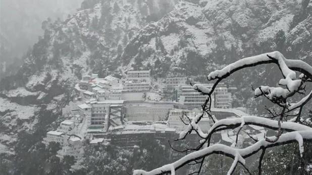 पहाड़ों पर भारी बर्फबारी, उत्तराखंड के कई जिलों में आज स्कूल बंद