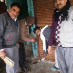 निगम के कराधान विभाग टीम ने संपत्ति कर वसूली के लिए दुकानों को सील किया