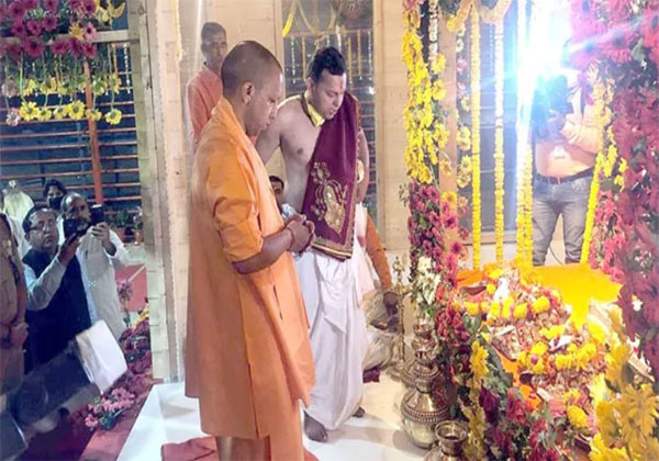 रामलला फाइबर के अस्थायी मंदिर में शिफ्ट, CM योगी आदित्यनाथ रहे मौजूद