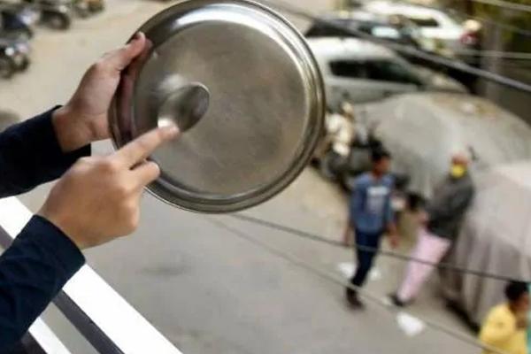 AMU छात्रों ने बजाई थाली-ताली, सीएए के खिलाफ की नारेबाजी