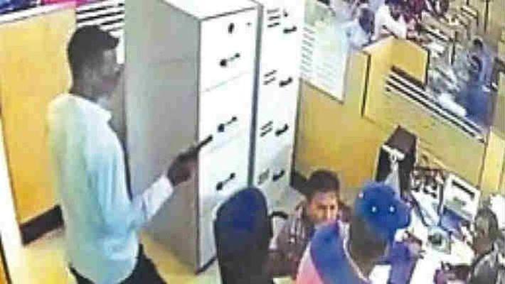 मास्क लगाकर बैंक में घुसे अपराधी, SBI ब्रांच से लूट लिए लाखों रुपये