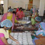 साईधाम द्वारा भोजन के 2500 पैकेट गरीबों में बांटे जा रहे