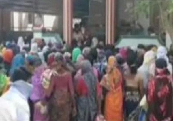 BJP विधायक ने तोड़े लॉकडाउन के नियम, जन्मदिन पर लोगों को बांटा अनाज