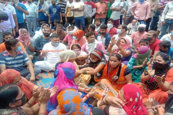 कांग्रेसी विधायक ने लोगों के साथ किया सोहना रोड पर धरना प्रदर्शन