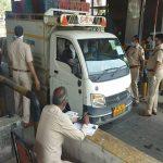फरीदाबाद : बदरपुर बॉर्डर पर ACP की निगरानी में वाहनों की जांच जारी