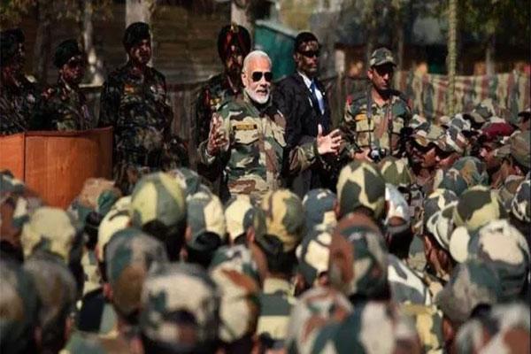 चीन से तनाव के बीच, CDS बिपिन रावत के साथ लेह पहुंचे PM मोदी