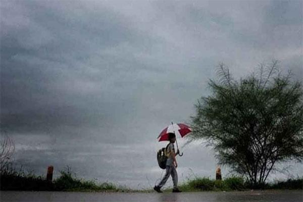 दिल्ली-NCR में लगातार बारिश से बदला मौसम, दिन में छाया अंधेरा
