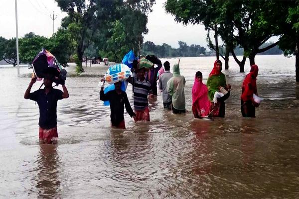 बिहार के 12 जिलों में बाढ़ का पानी, कई रास्ते बंद