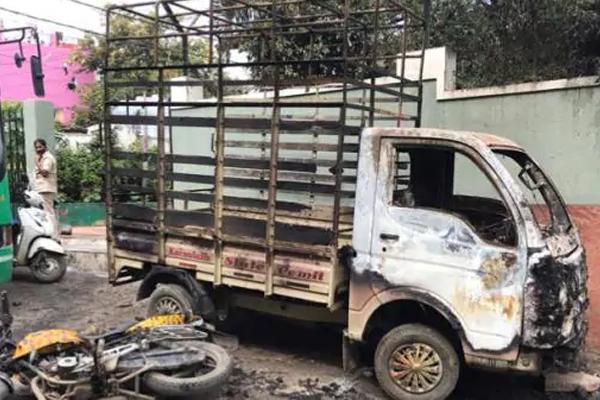 FB पोस्ट को लेकर बेंगलुरु में भड़की हिंसा, पुलिस फायरिंग में तीन की मौत, 60 पुलिसकर्मी जख्मी