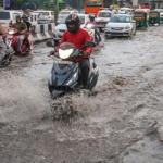 दिल्ली में भारी बारिश के बाद दरिया बनीं सड़कें, कई जगह भारी ट्रैफिक जाम