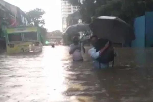 मुंबई में रात से भारी बारिश, लोकल ठप, दोपहर में हाई टाइड की चेतावनी