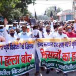 कृषि विधेयकों के विरोध में सडक़ों पर उतरे किसान, विरोध प्रदर्शन कर एसडीएम को सौंपा ज्ञापन