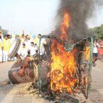 कृषि विधेयकों का विरोध जारी, इंडिया गेट पर कांग्रेसी कार्यकर्ताओं ने ट्रैक्टर में लगाई आग