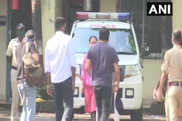 पायल घोष के आरोप के बाद, अनुराग कश्यप से वर्सोवा पुलिस स्टेशन में हो रही है पूछताछ