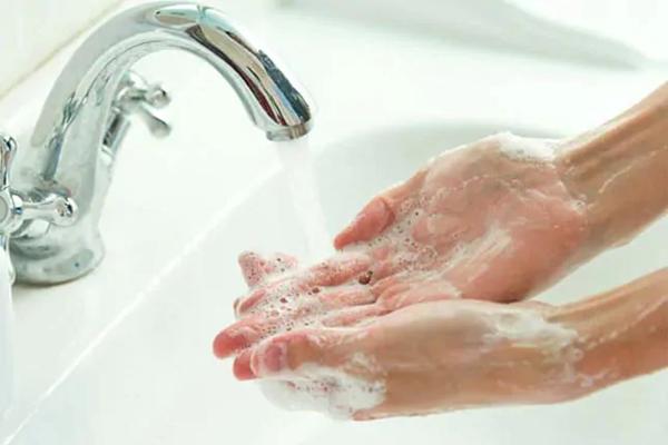आज है Global Handwashing Day:, जानें क्यों हाथ साफ करने के लिए सैनिटाइजर से बेहतर है साबुन?