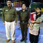 पुलिस टीम ने एक औरत की 10 माह की बच्ची को आगरा से बरामद कर, किया परिवार के हवाले