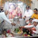 श्री बांके बिहारी मंदिर में साढ़े तीन किलो चांदी से शिवलिंग पर चांदी का कार्य करवाया