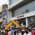 अवैध निर्माण के खिलाफ कार्रवाई:तोड़फोड़ के दौरान दुकानदारों और निगम कर्मचारियों के साथ झड़प, 15 प्रॉपर्टी की गई सील