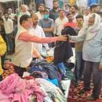 विधायक राजेश नागर ने राजीव नगर में जरूरतमंदों में बांटे कपड़े